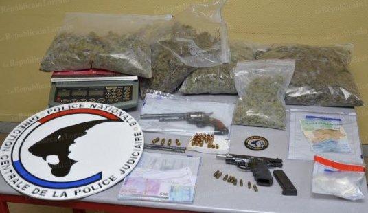 les-policiers-ont-saisi-4-8-kg-d-herbe-de-cannabis-des-centaines-de-grammes-de-cocaine-et-heroine-du-numeraire-ainsi-que-des-armes-photo-dr