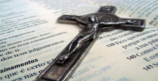 Biblia-e-crucifixo
