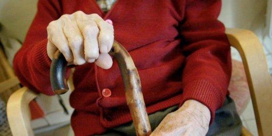 l-isolement-des-personnes-agees-aggraverait-les-risques-de_3142696_800x400