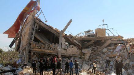 des-syriens-autour-des-ruines-d-un-hopital-soutenu-par-medecins-sans-frontieres-msf-a-maaret-al-noomane-une-zone-rebelle-dans-la-province-d-idleb-le-15-fevrier-2016_5516469.jpg