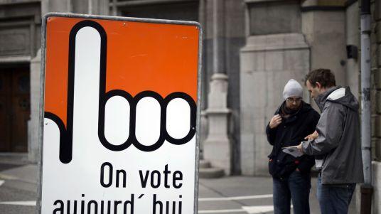 panneau-incitant-a-voter-lors-d-une-election-le-18-octobre-2015-a-fribourg-en-suisse_5550853.jpg