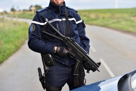 7779502095_un-gendarme-tient-son-arme-a-proximite-du-campement-ou-on-ete-tues-quatre-personnes-dont-un-bebe-et-un-gendarme-mardi-25-aout-2015-a-roye