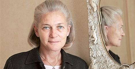 French philosopher Elisabeth Badinter poses 26 October 2005 in her house in Paris.