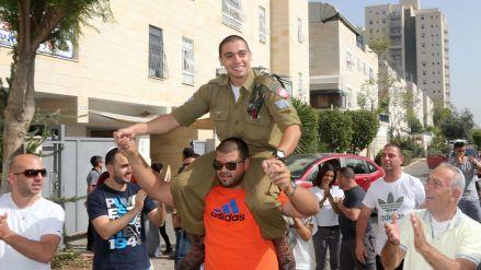 elor-azria-c-soldat-israelien-inculpe-d-homicide-pour-avoir-acheve-un-assaillant-palestinien-blesse-en-permission-pour-deux-jours-le-22-avril-2016-a-son-arrivee-chez-lui-a-ramla-en-israel_5585745