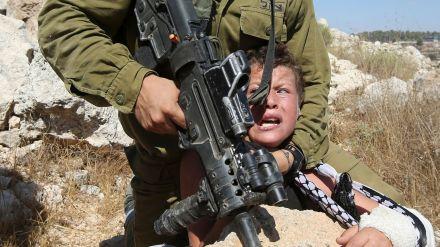 un-soldat-israelien-plaque-un-enfant-palestinien-sur-un-rocher-lors-d-affrontements-entre-les-forces-de-securite-israeliennes-et-des-manifestants-palestiniens-le-28-aout-2015-a-nabi-saleh-pres-de-ramallah-en-cisjordanie_5406377