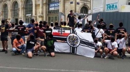 Des hooligans allemands exhibent un drapeau du IIe Reich et font des saluts nazis (2)