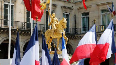 la-statue-de-jeanne-d-arc-entouree-de-drapeaux-francais-pendant-une-manifestation-de-l-organisation-catholique-fondamentaliste-a-paris-le-8-mai-2016_5593797.jpg