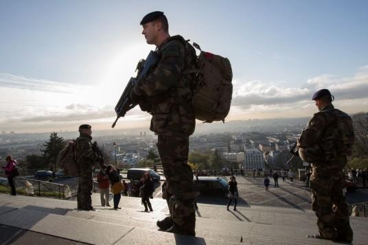 7783839575_un-militaire-de-l-operation-sentinelle-le-26-novembre-2015-a-paris.jpg