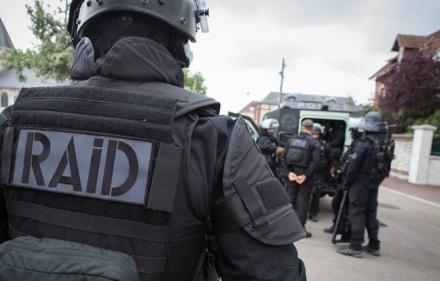 648x415_forcene-62-ans-lance-cocktail-molotov-policiers-raid-vendredi-combs-ville-abattu-tir-riposte-illustration.jpg