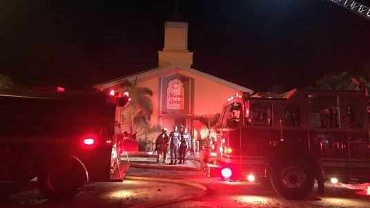 les-pompiers-interviennent-a-la-mosquee-de-fort-pierce-en-floride-frappee-par-un-incendie-volontaire-le-12-septembre-2016_5667759.jpg