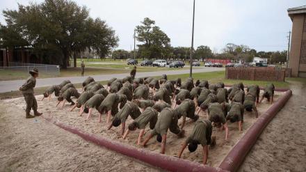 parris_island_formation_marines_derives_bizutage
