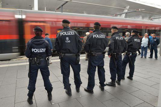 4838307_6_bcda_des-policiers-dans-la-gare-de-salzbourg_9b4939871324133cac08280084eff543