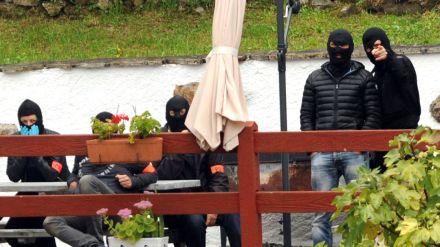 des-policiers-francais-de-l-unite-antiterroriste-du-raid-et-de-la-dgsi-montent-la-garde-a-l-exterieur-d-une-villa-d-orerreka-le-22-septembre-2015-lors-de-l-arrestation-de-deux-chefs-presumes-de-l-organisation-separatiste-basque-espagnole-eta_5420701.jpg