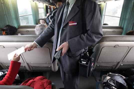 2048x1536-fit_sur-la-ligne-de-train-toulouse-pau-des-agents-de-la-surete-ferroviaire-accompagnent-un-controleur.jpg