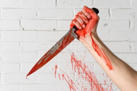 922541_assassiner-arme-sang-couteau-mains-brique