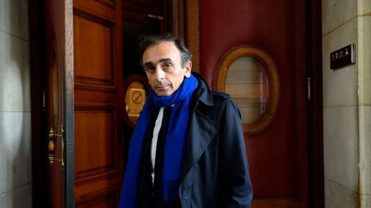 eric-zemmour-le-6-novembre-2015-a-l-entree-du-tribunal-correctionnel-de-paris_5746137.jpg