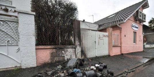 feux-de-poubelles-et-croix-gammees-rue-jean-jaures_4201581_1000x500.jpg