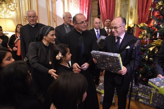Bernard-Cazeneuve-remis-cadeaux-enfants-chretiens-dOrient-refugies-France-Matignon-mercredi-22-decembre-2016_0_730_485.jpg