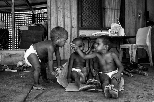 Des-enfants-jouent-devant-leur-maison-familiale-Kennedy-Hill..jpg