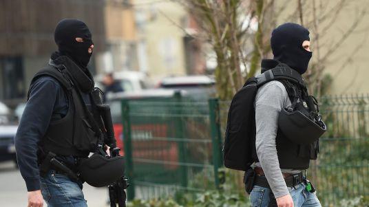 des-policiers-des-forces-speciales-belges-a-proximite-de-la-zone-des-fusillades-a-bruxelles-le-15-mars-2016_5565101.jpg
