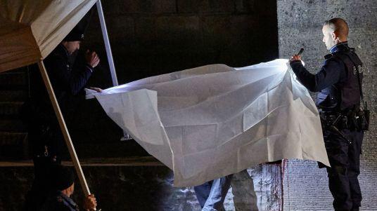 des-policiers-suisses-recouvrent-le-corps-d-un-homme-retrouve-pres-d-un-centre-de-prieres-musulman-le-19-decembre-2016-a-zurich_5767849.jpg