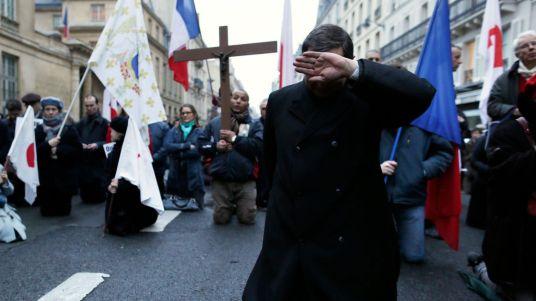 l-abbe-xavier-beauvais-se-cache-le-visage-pendant-une-manifestation-organisee-par-civitas-contre-le-mariage-pour-tous-le-4-avril-2013_5517711