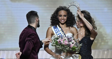 Miss Guyane, Alicia Aylies (L) reacts after wining the Miss France 2017 election, with former Miss France 2016 Iris Mittenaere (R), at the Arena, in Montpellier, southern France - 17/12/2016.//DAMOURETTE_142611/Credit:VINCENT DAMOURETTE/SIPA/1612181436