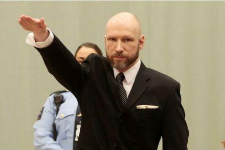 au-premier-jour-de-son-proces-breivik-fait-un-salut-nazi