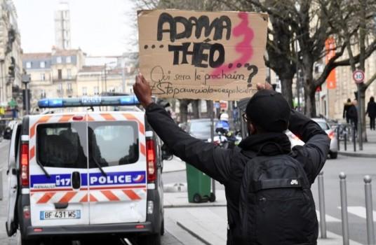 manifestant-brandit-pancarte-adama-theo-suivant-devant-voiture-police-bordeaux-12-fevrier_0_730_477