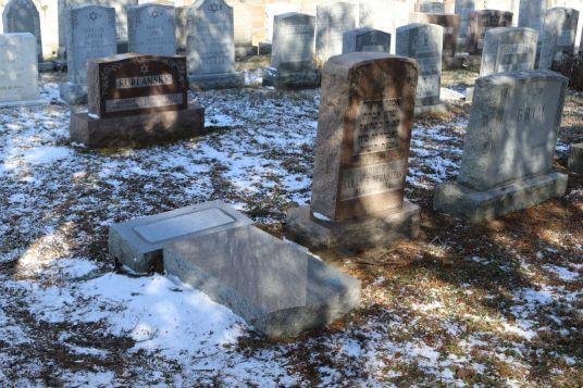 5117540_7_d705_une-pierre-tombale-juive-profanee-au_7ab498162a8f011b8ee03d566c369217.jpg