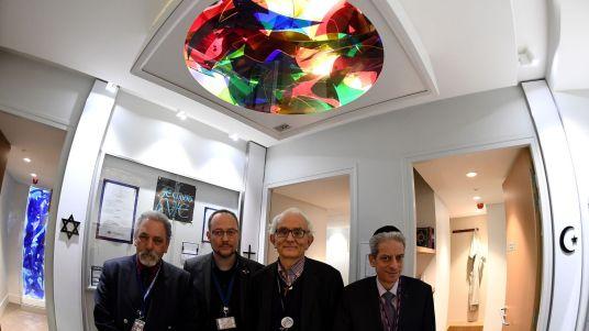 L'imam Hazem El Shafei, le pasteur Pierre de Mareuil, le diacre Yves de Brunhoff et le rabbin Moché Lewin devant l'espace de prière à l'aéroport Roissy de Paris
